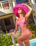 Ung härlig dam i sommarhatt som tycker om hennes sommarsemester Royaltyfria Bilder