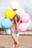 Ung härlig daminnehavgrupp av ljusa ballonger Arkivbilder