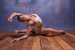 Ung härlig dansare i beige swimweardans Arkivbilder