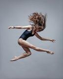 Ung härlig dansare som poserar i studio Arkivbild