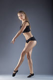 Ung härlig dansare som poserar på en studiobakgrund fotografering för bildbyråer