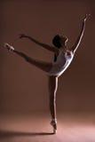 Ung härlig dansare som poserar på tår arkivbilder