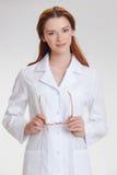 Ung härlig doctorin i det vita medicinskalaget Arkivbild