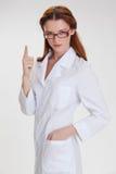 Ung härlig doctorin i det vita medicinskalaget Royaltyfri Bild