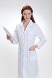 Ung härlig doktor som isoleras på vit Fotografering för Bildbyråer