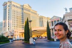 Ung härlig europeisk kvinna framme av det berömda Las Vegas hotellet Arkivfoton