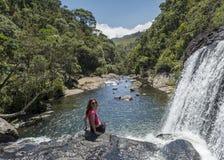 Ung härlig europeisk turist- flicka som sitter på kanten av bagarens nedgångar i Horton'sens slättnationalparken royaltyfria foton