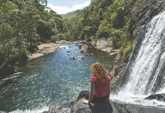 Ung härlig europeisk turist- kvinna som sitter på kanten av bagarens nedgångar i nationalparken royaltyfri bild
