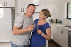 Ung härlig förälskade par30-tal eller 40-tal fira tillsammans årsdag eller valentindag med champagne- eller vinrostat bröd hemma Arkivfoto