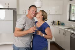 Ung härlig förälskade par30-tal eller 40-tal fira tillsammans årsdag eller valentindag med champagne- eller vinrostat bröd hemma Arkivbilder