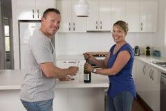 Ung härlig förälskade par30-tal eller 40-tal fira tillsammans årsdag eller valentindag med hemmastatt le för champagnerostat bröd Royaltyfria Foton