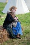 Ung härlig för kvinna stående utomhus fotografering för bildbyråer