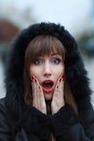 Ung härlig förvånad flicka på den utomhus- vintern Royaltyfria Bilder
