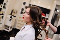 Ung härlig flicka i en frisör eller en skönhetsalong Arkivbilder