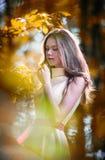Ung härlig flicka i en gul klänning i träna Stående av den romantiska kvinnan i felik skog som bedövar den trendiga tonåringen Royaltyfri Fotografi