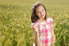 Ung härlig flicka i en veteåker Arkivbilder