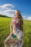 Ung härlig flicka i grönt fält Fotografering för Bildbyråer
