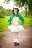 Ung härlig flicka i irländskt posera för dansklänning som är utomhus- Royaltyfri Foto