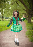 Ung härlig flicka i irländskt posera för dansklänning som är utomhus- Arkivbilder