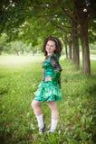 Ung härlig flicka i irländskt posera för dansklänning som är utomhus- Arkivfoto