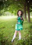 Ung härlig flicka i irländskt posera för dansklänning som är utomhus- Royaltyfria Bilder