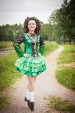 Ung härlig flicka i irländskt posera för dansklänning som är utomhus- Royaltyfri Fotografi