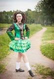 Ung härlig flicka i irländskt posera för för dansklänning och peruk Fotografering för Bildbyråer