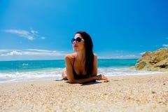 Ung härlig flicka i rosa bikini på på en strand arkivfoton