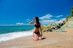 Ung härlig flicka i rosa bikini på på en strand royaltyfri fotografi
