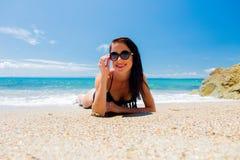 Ung härlig flicka i rosa bikini på på en strand arkivbilder
