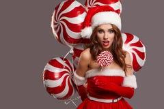 Ung härlig flicka i studion för det nya året, jul Royaltyfri Bild