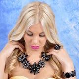 Ung härlig flicka i svart halsband på en abstrakt bakgrund Royaltyfri Fotografi