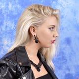 Ung härlig flicka i svarta örhängen på en abstrakt bakgrund Arkivbilder