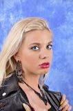 Ung härlig flicka i svarta örhängen på en abstrakt bakgrund Royaltyfria Foton