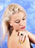 Ung härlig flicka i svarta örhängen på en abstrakt bakgrund Royaltyfri Bild
