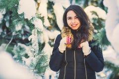 Ung härlig flicka i vinterskog Royaltyfria Bilder