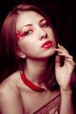 Ung härlig flicka med chilipeppar Fotografering för Bildbyråer