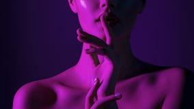 Ung härlig flicka med magentafärgad neonbelysning arkivbilder