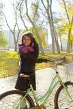 Ung härlig flicka på en cykel Royaltyfria Foton