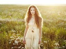 Ung härlig flicka på ett sommarfält Skönhetsommartid Arkivbilder