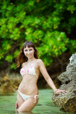 Ung härlig flicka på stranden av en tropisk ö Sommar V Arkivfoton