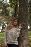 Ung härlig flicka som fotograferas på en bakgrund av naturen Royaltyfria Bilder
