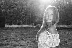 Ung härlig flicka som går i parkera Arkivfoton