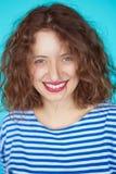Ung härlig flicka som ler över blå bakgrund royaltyfria foton