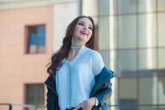 Ung härlig flicka som ler på gatan Arkivfoton