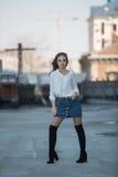 Ung härlig flicka som ler på gatan Arkivfoto