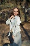 Ung härlig flicka som ler på gatan Royaltyfria Foton