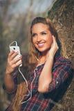 Ung härlig flicka som lyssnar till musik Fotografering för Bildbyråer