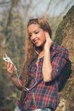 Ung härlig flicka som lyssnar till musik Royaltyfria Bilder