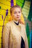 Ung härlig flicka som poserar på väggbakgrund med grafitti Royaltyfria Foton